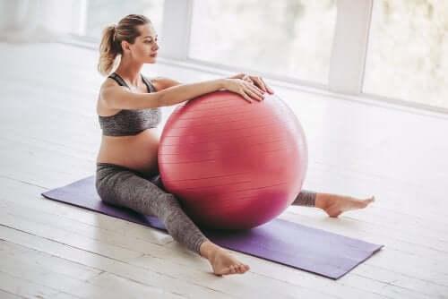 Fitball: exercícios para realizar durante a gravidez