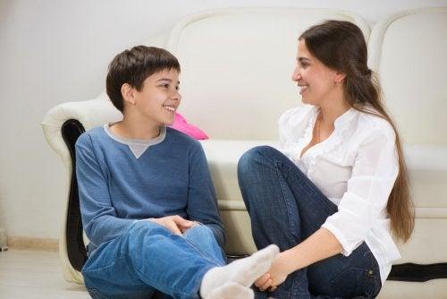Mãe e filho conversando sobre os mitos do amor romântico