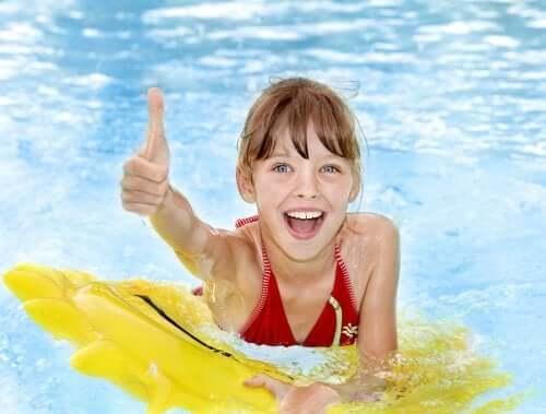 Precauções antes de levar as crianças à piscina