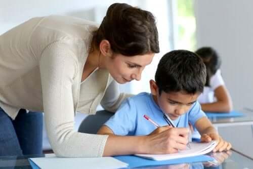 professora ensina aluno