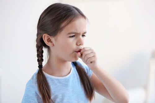 menina com tosse seca