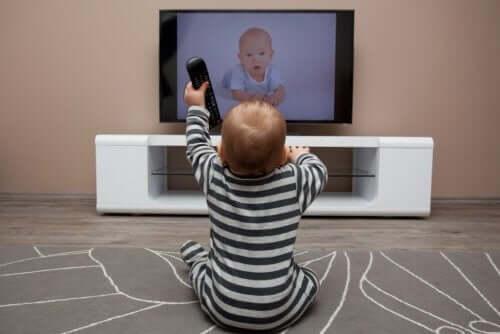 Como o tempo de tela excessivo influencia as crianças?