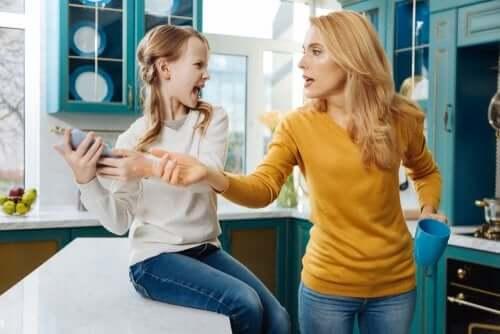 Os pais podem verificar as redes sociais de seus filhos?