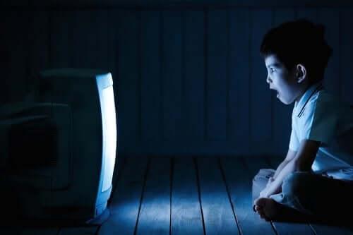 Como o tempo excessivo de tela influencia as crianças?