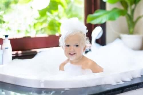 Com que idade as crianças devem começar a tomar banho sozinhas?