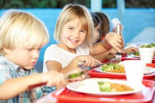 Alimentação no refeitório da escola