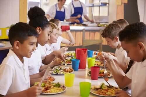 a alimentação no refeitório da escola