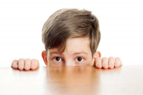 Diferenças entre crianças tímidas e introvertidas