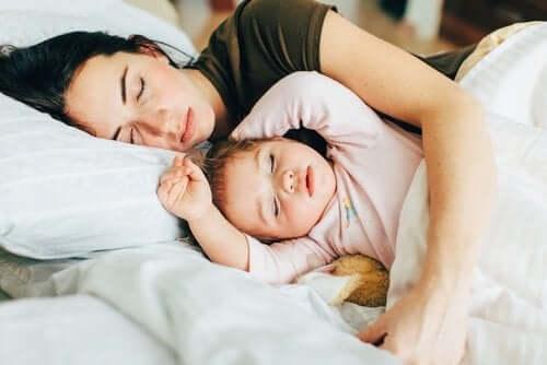 bebês dormirem na cama com os pais