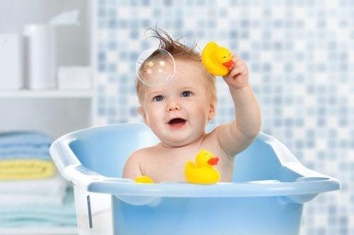 Brinquedos de água para a banheira do bebê