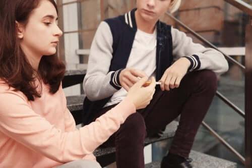 Sinais de que o seu filho adolescente está fumando