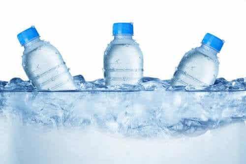 A importância de ensinar as crianças a beber água no verão