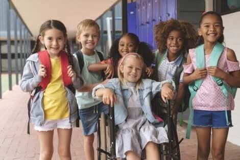 Educar as crianças na convivência: crianças juntas na escola