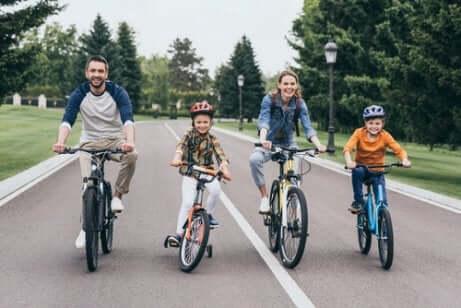 Andar de bicicleta: uma das ideias para fazer esportes com os seus filhos