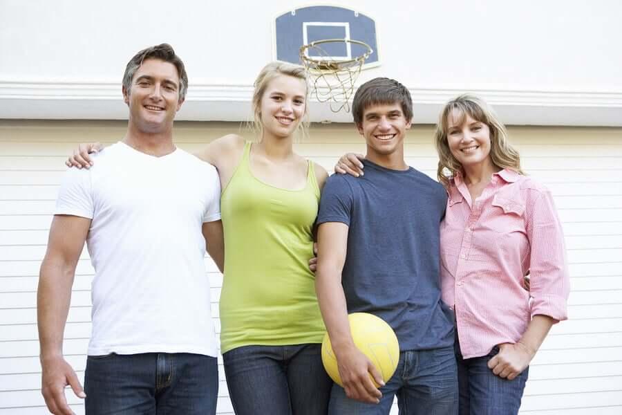 Família jogando basquete