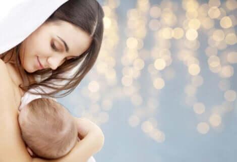 Método da lactação e amenorreia: mãe amamentando bebê