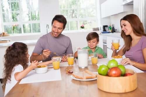 Família tomando café da manhã para não ir para a escola em jejum