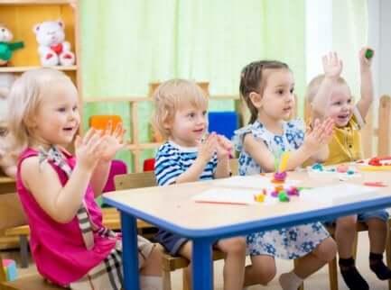 Crianças se divertindo na creche