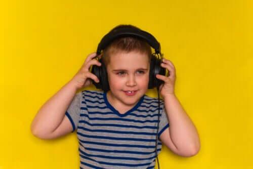 Por que as crianças devem escutar músicas em inglês?