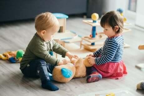 Crianças brincando juntas na creche