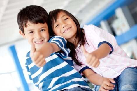 Crianças felizes, crianças que aprenderam virtudes pessoais