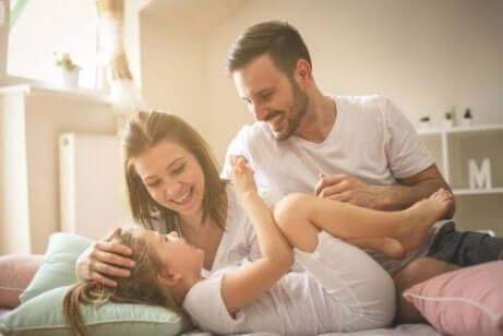 Família rindo e se divertindo