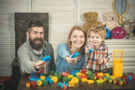 Pai, mãe e filho brincando