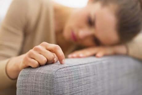 Mulher pensando depois de sonhar que estava grávida