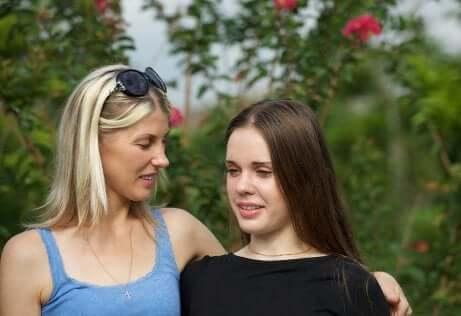 Mãe explicando como funciona a negociação na adolescência