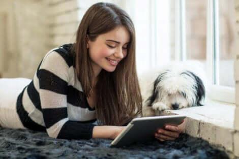 Jovem procurando LIJ por meio de plataformas de distribuição de e-books