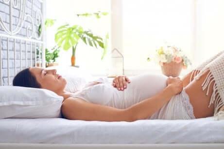 Grávida deitada fazendo repouso absoluto durante a gravidez