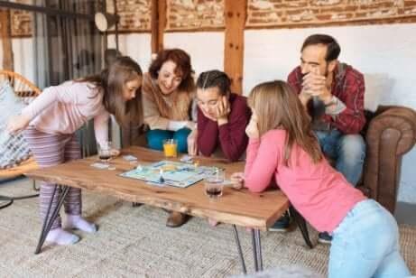 Família brincando com jogo de tabuleiro nas férias