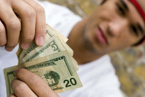 Gastar mais dinheiro: um dos sinais de que o seu filho adolescente está usando drogas