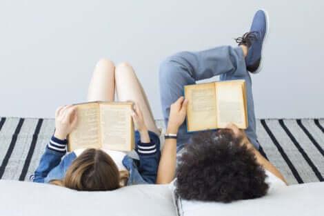 Pai e filha lendo livros