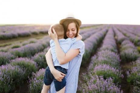 Mãe abraçando filho para explicar o amor para as crianças