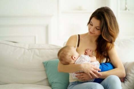 Prebióticos do leite materno: mãe amamentando