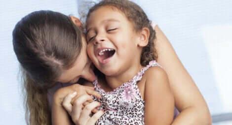 Mãe criando vínculos com filha: apego infantil