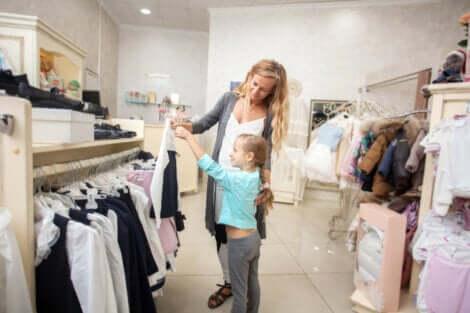 Menina fazendo compras com a mãe: aprendizagem informal