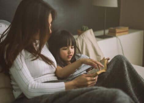Histórias de ninar para garotas rebeldes: mãe lendo com a filha