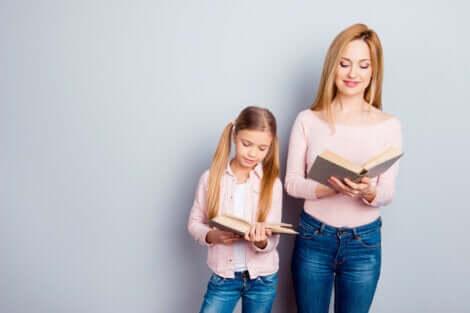 Menina sendo educada pela mãe por meio do exemplo