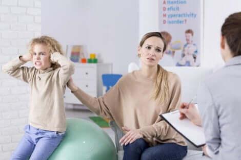 Menina não respeitando seu contrato comportamental com a mãe
