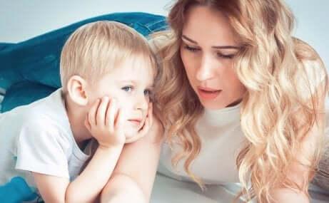 Mãe conversando com o filho sobre mudar de escola
