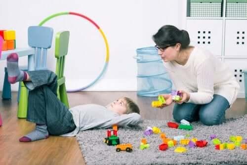 Modelagem e encadeamento para ensinar habilidades
