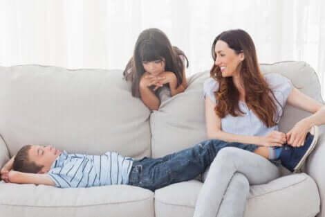 Mãe brincando com as crianças para ajudá-las a relaxar
