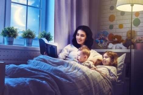 Histórias de ninar para garotas rebeldes: mãe lendo para os filhos