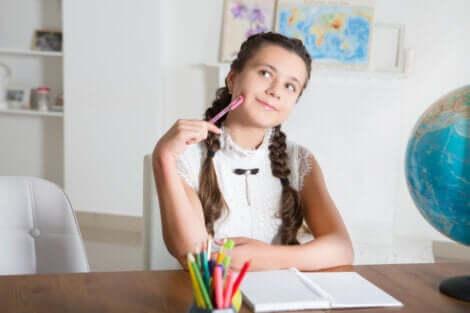 Menina pensando sobre os sistemas de Ensino Médio mais eficazes