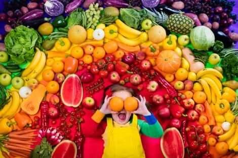 Mitos sobre as frutas: menina ao redor de várias frutas