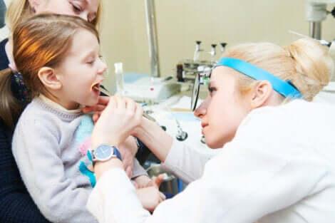 Médica analisando carne esponjosa de paciente