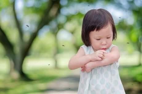 Menina ao ar livre com muitos mosquitos ao redor