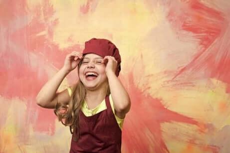 Menina rindo num fundo vermelho e amarelo